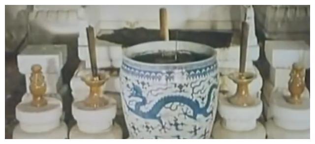 万历定陵地宫,大龙缸精美,珍宝在烂木头里,一皇后棺材已经腐烂
