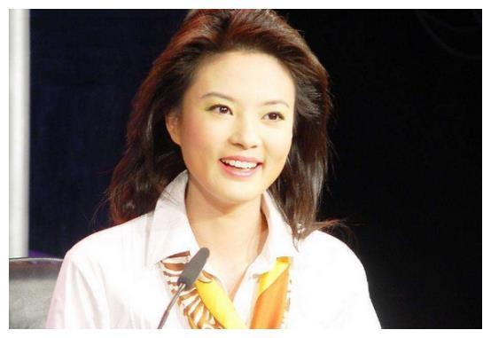 前央视主持刘芳菲罕露面,皮肤光滑气色好,今43岁仍旧单身一人!