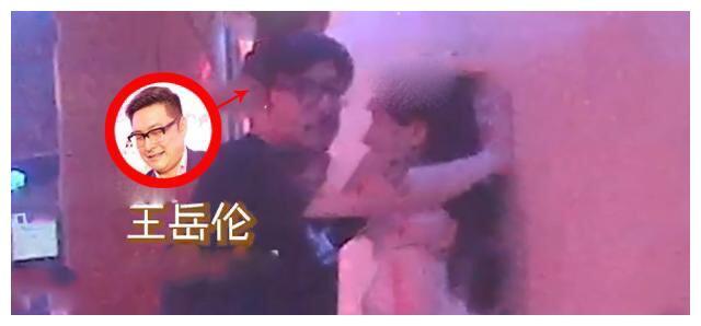 李湘被戴绿帽?王岳伦深夜KTV与美女搂腰壁咚,疑似出轨
