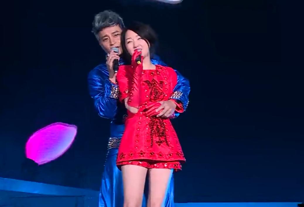杨钰莹太美了,和她合唱的男歌手都控制不住自己,情不自禁相拥