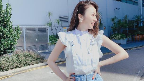 40岁庄思敏也太清新了,飞袖衬衫配牛仔半裙,模特气质真不一般