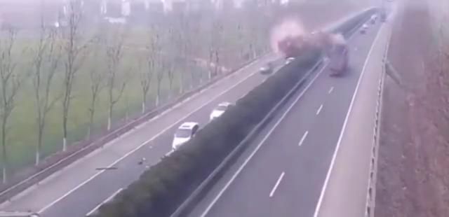 高速路上一个小小的失误,就能引发可怕的连锁反应