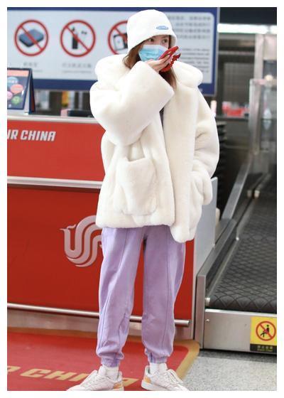 金晨白色毛绒外套、紫色针织开衫、运动裤、钟形帽简约温暖