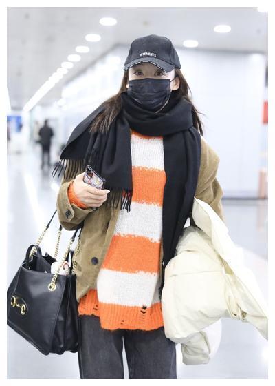 袁姗姗橙白双色宽条纹毛衣+驼色西装外套,拎Gucci马衔扣购物袋