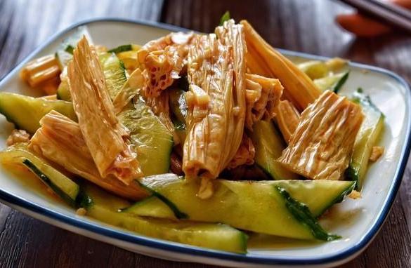 美食推荐:红油麻汁拌腐竹,辣白菜炒五花肉土豆片,回锅鲫鱼的做