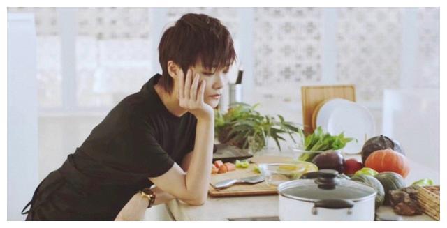 李宇春晒出自己的豪宅,在家喜欢用葵扇乘凉,一家人生活都很节俭