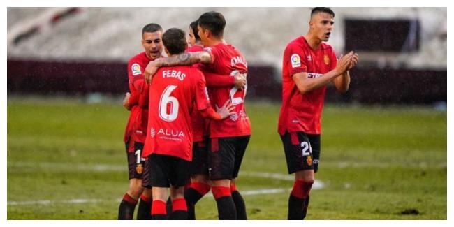 西班牙人对手踢疯了,黑马崩盘,国足球星迎打击