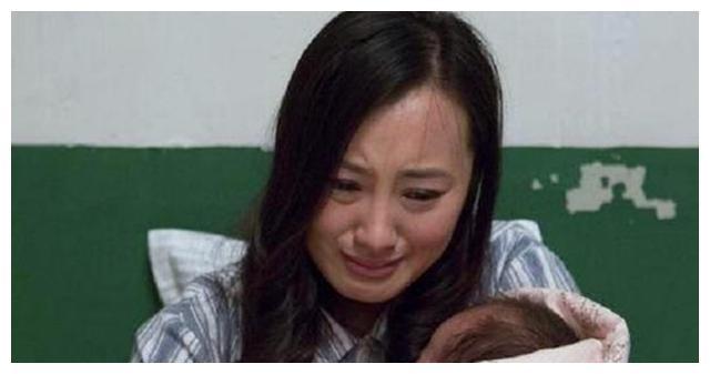 孕妇半夜生二胎,产房外只有大女儿一人等候,孩子的话让护士落泪