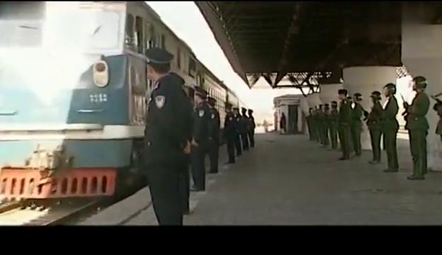 绝不放过:陈一龙坐火车逃跑,武警特警包围火车站,陈一龙悲剧了