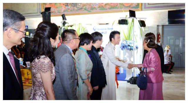 """李玉刚曼谷演出,遭泰国皇室公主""""送花表白"""":你的美让女人羡慕"""