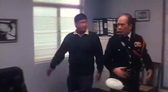 香港经典老电影,警司约见洪金宝,不成想遇到了自己的儿时玩伴