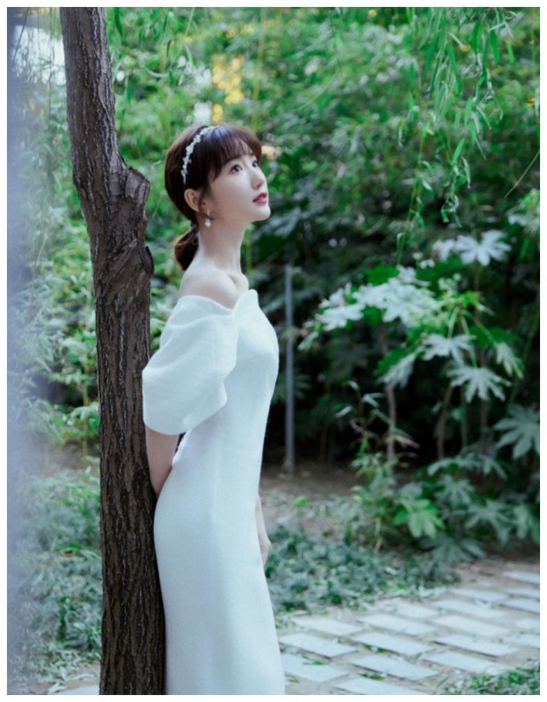 """毛晓彤简直是""""人间白月光""""!一袭白色长裙搭碎钻发箍,优雅恬静"""
