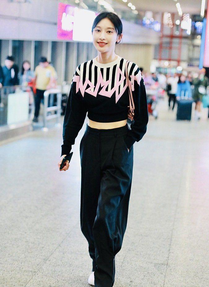 明星机场造型针织衫搭配工装裤,帅气有型