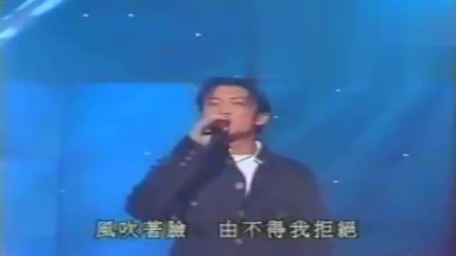 谢霆锋和陈冠希坐一起合唱,旁边张柏芝笑不拢嘴王菲却抢了镜