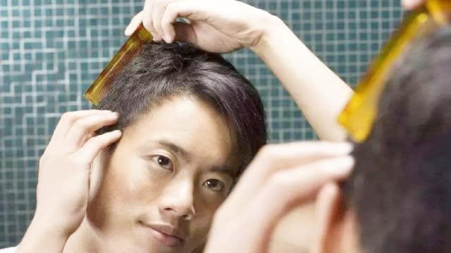 男士这样梳头或能防止脱发?但是这种梳子一定不能用!