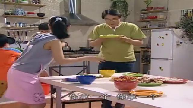 老妈准备丰盛午餐,却不让孩子们吃,孩子馋到咽口水