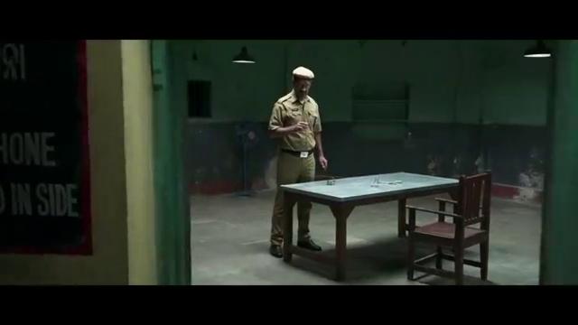 动作剧情电影,医生在朋友的帮助下,逃出警察局的场景