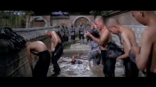 少林弟子连个水池都跳不过去,纷纷落水成落汤鸡,住持看不下去了