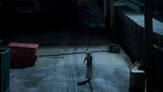 致命演出:歹徒在街上追杀女孩,不料被汽车撞翻在地