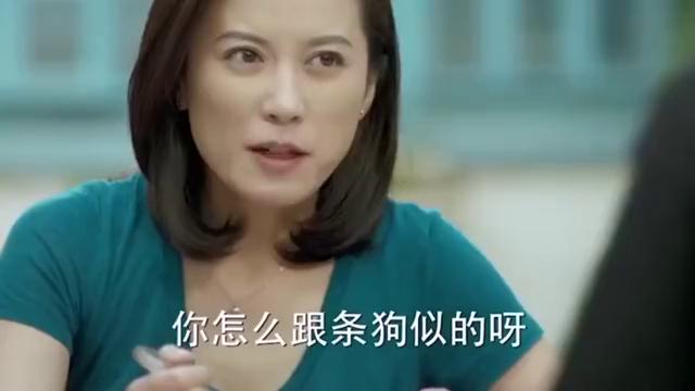 老阿姨在一旁吃蔬菜,小鲜肉在她对面吃着火锅,真狠!
