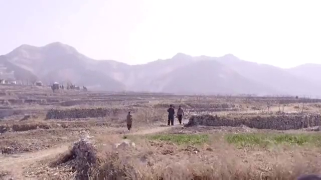 大饥荒时期,农民夫妻在山里发现一块宝地,用锄头一挖全是宝