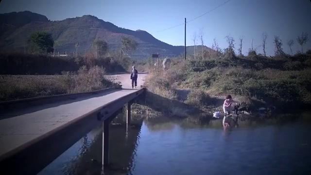 美少妇独自在河边洗衣服,不料竟碰上村里无赖,河里水花四溅啊