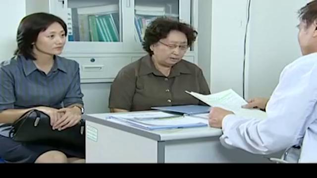 老太太进医院体检,一看到医生手上戴的戒指,吓的她瞬间慌了神!