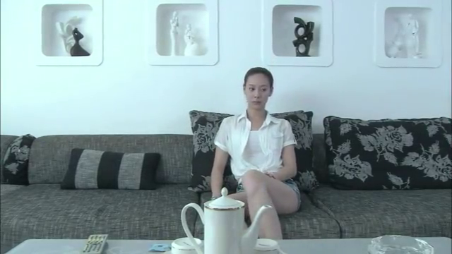 程鹏打开电视机,拉着李青的小手,说这就是谈恋爱!