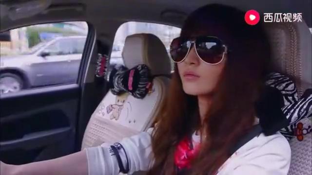 女子见男友车上有陌生女子,二话说就撞了上去,也不去问清楚!