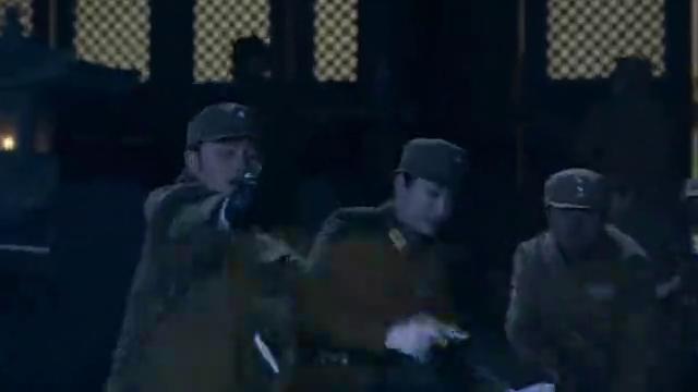女特工躲在油桶后面,鬼子开枪引爆油桶,不料男特工及时出手相救