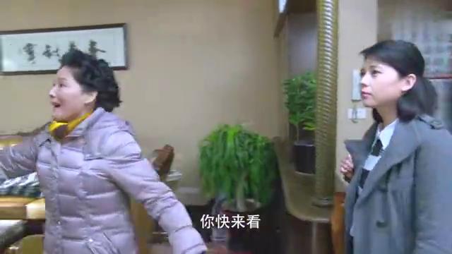 女子和丈夫来看房,还乱撕墙纸,小伙大怒当场对方!