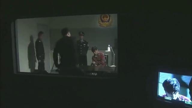 小伙被警方逮捕,父亲却蛇蝎心肠,在儿子药里放满毒品