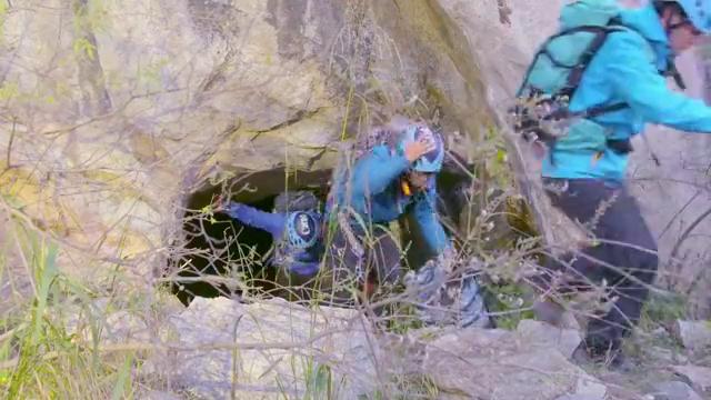 还好陈曦相救,徒手攀岩有惊无险,两人平安登顶
