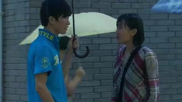 女孩做人流男友却没来,女孩冒着大雨去学校找他,看到这幕都蒙了