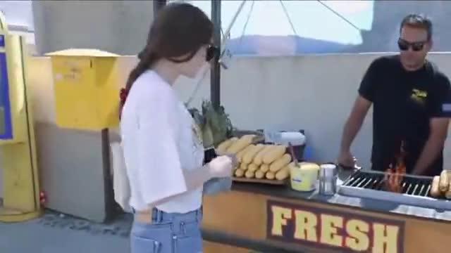 慢游全世界:迪丽热巴大方请吃烤玉米,与锡纸烫小狗趣味拍照!