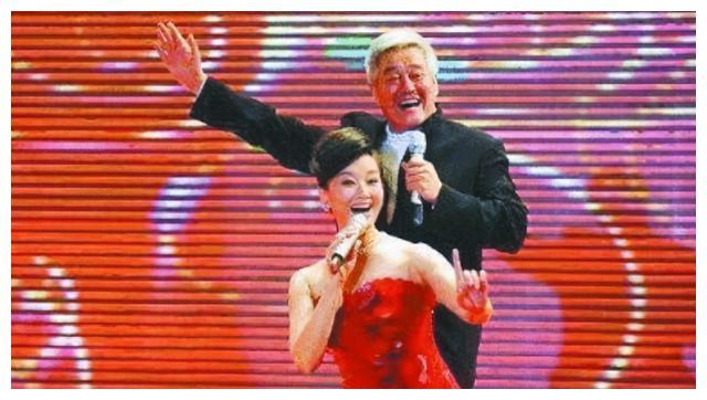 赵本山当初离开葛淑珍和两个儿女,只补偿了她们25万元,结果呢