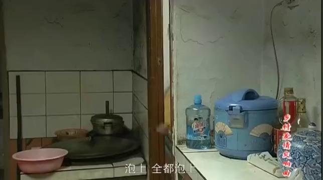 这糖水谁敢喝,赵四媳妇把三袋糖倒进盆里,再倒入开水搅拌真牛啊