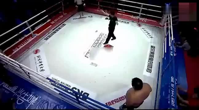 韩国拳手不服敖日格勒,差点被踢废双腿,这回服气了