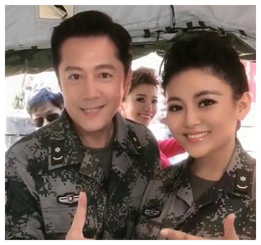蔡国庆与周炜同框,53岁满脸玻尿酸,逆生长太明显,妻子身份成谜