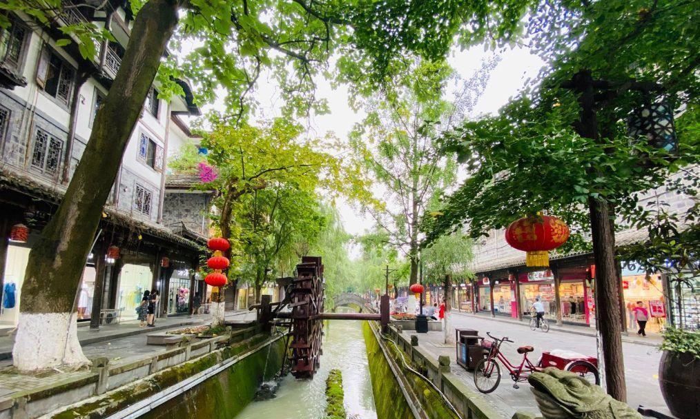 都江堰一条约400米的街道,绿树成荫店铺林立,是当地人的最爱