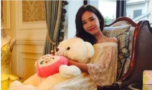 吴佳尼,24岁未婚先孕,34岁被影帝丈夫抛弃,36岁为生活复出走红
