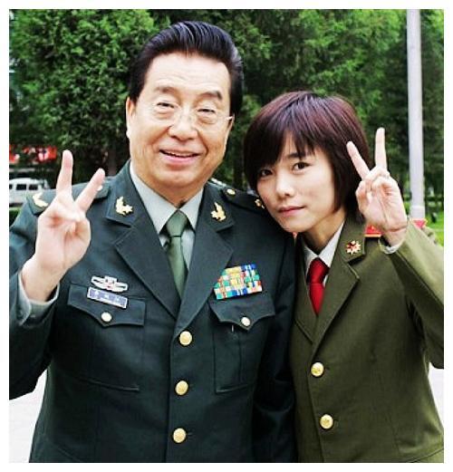 李双江近况被曝,带着妻子去看望恩师,近况大不如以前硬朗