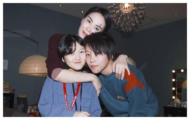 王菲14岁女儿晒S型曲线照片,发育早熟姿势妩媚,太有女人味了