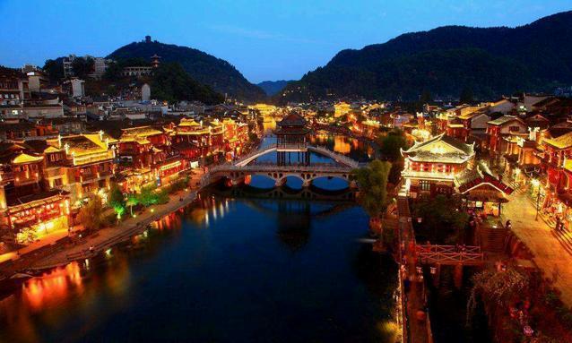 在凤凰古城里有许多小巷子,能够多逛逛,里边有许多特产
