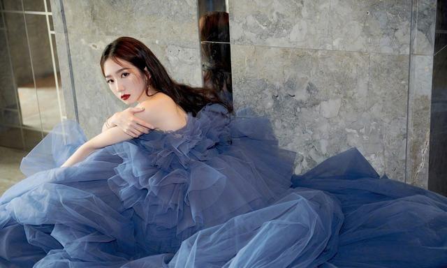 孟美岐雾霾蓝纱裙造型,温柔又优雅