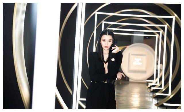 奚梦瑶,黑色连身裙搭配绑带高跟鞋,编发尽显潮酷风格