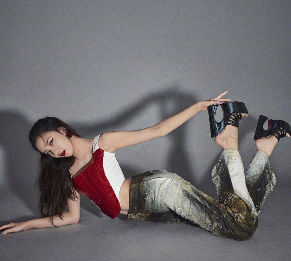宋妍霏写真照曝光,穿拼接吊带配水彩印花裤,小蛮腰细成焦点了
