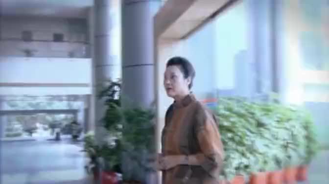 富婆想偷看未来儿媳样貌,装成清洁工溜进儿子公司,结果满意极了