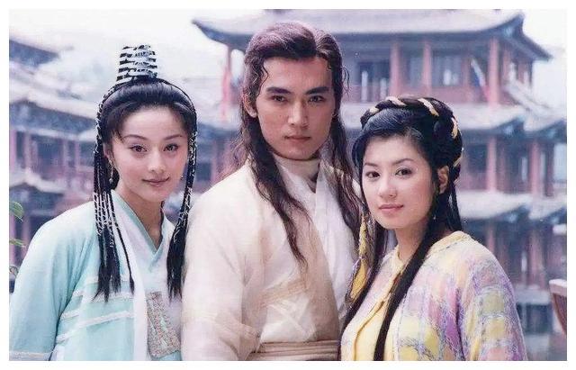 贾静雯在《小李飞刀》中的头饰搭配真美,每换件衣服头饰就不一样