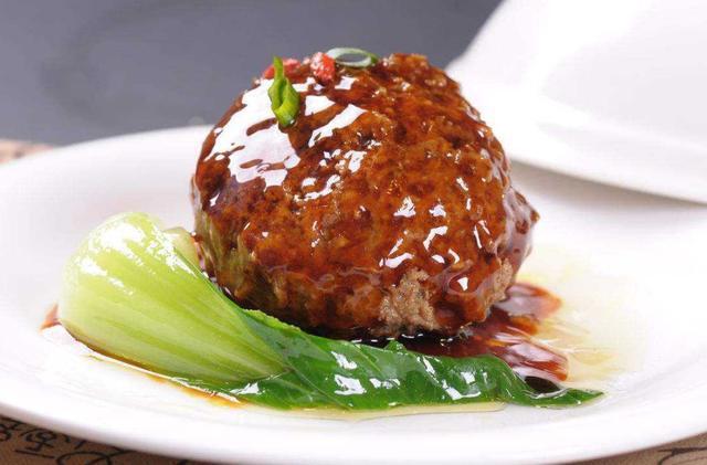 有肥有瘦的肉红润油亮,红烧狮子头,美味爽口,醇香浓厚